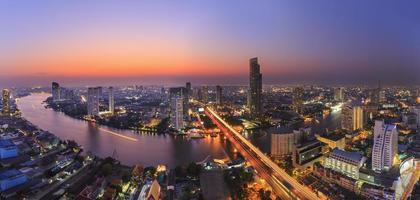 stadsbild av floden i bangkok stad foto