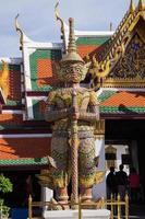 enorm garuda staty på wat phra kaew, bangkok, thailand. foto
