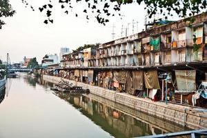 hus längs en kanal i bangkok foto