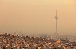 solnedgångsljus på horisont av luftförorenad teheran foto