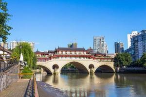 vintage bridge i modern stads chengdu foto