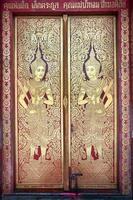 ytterdörren till wihan luang, wat phra singh, chiang mai foto