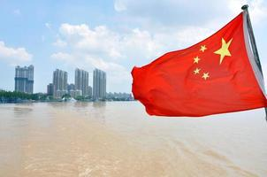 Kinas flagga vid floden, Nanjing foto
