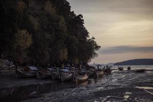 långsvansade båtar och turbåtar på stranden i Ao Nang foto