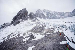 jade drake snö berg i mycket dimmigt. foto