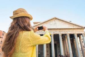 ung kvinna som tar foto av panteon i Rom, Italien