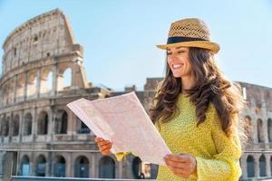 glad ung kvinna nära colosseum i Rom, Italien