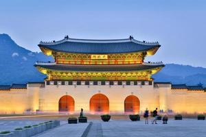 gyeongbokgung palats vid skymningen foto