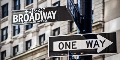Broadway och envägs riktningsskyltar, New York City, USA foto