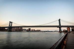 manhattan bridge vid solnedgången foto