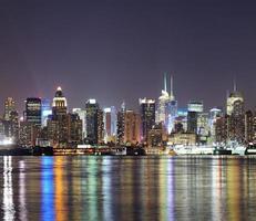 new york city manhattan midtown skyline på natten foto
