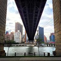 queensboro bridge och roosevelt island spårvagn new york city foto