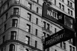 Wall Street och Broadway skylt foto