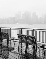 new york city skyline på en regnig dag foto