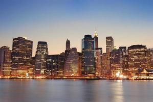 manhattan i new york city i skymningen foto