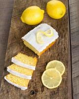 skivad citronkaka med vit glasyr foto