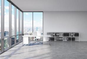 VD-arbetsplats i ett modernt hörnpanoramikontor foto