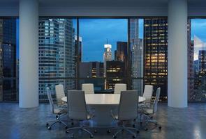 panoramikonferensrum på moderna kontor foto