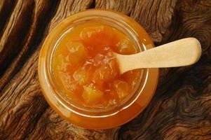 burk persikasylt på träbakgrund foto