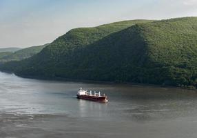 rött lastfartyg på hudsonfloden foto