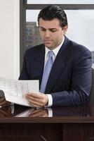 affärsman läser rapport foto