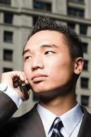 ung affärsman i mobiltelefon foto