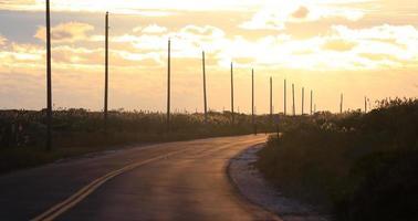 strandväg vid skymningen foto