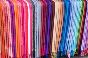 regnbåge av halsdukar foto