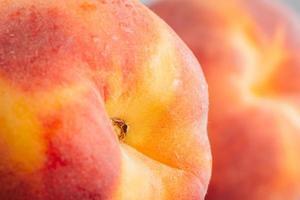 färsk persika på nära håll foto