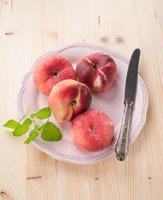 mogna saftiga kinesiska platta persikor eller saturn persikor foto