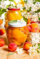 aprikos och persika konserver foto