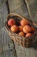 söta persikor i korgen foto