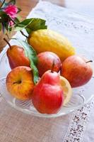 tallrik med frukter på bordet foto