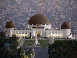 Griffith Park Observatory med staden los angeles bakom foto