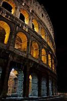 coliseum om natten foto