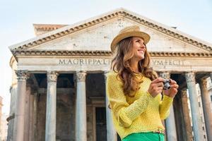 porträtt av lycklig kvinna med fotokamera i Rom, Italien foto