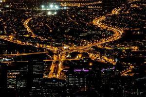 udde stad på natten foto