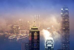 Hong Kong Victoria hamnutsikt från toppen vid dimmig säsong