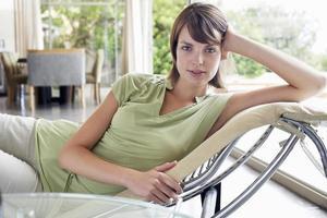 kvinna avkopplande på schäslong foto