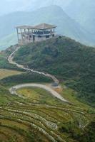 gammal chaletstruktur på toppen av saba berget