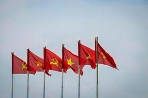 Vietnam och sovjetiska flaggan flyger i blå himmel foto