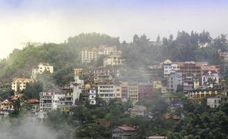 sapa dalstad i dimman, Vietnam foto