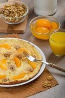 söt ägg omelett med valnötter och persikor