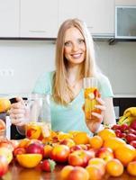 glad kvinna med frukt dryck foto