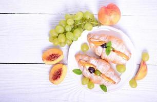 croissant för färsk frukt på vit bakgrund foto