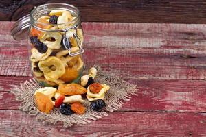 torkade frukter på ett bord