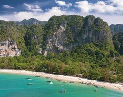 Flygfoto över en vacker strand, Railay i Thailand.