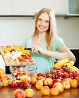 kvinna matlagning fruktsallad foto