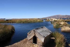 uros - flytande ö på titcacasjön i peru foto