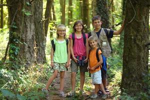 porträtt av barn i skogen